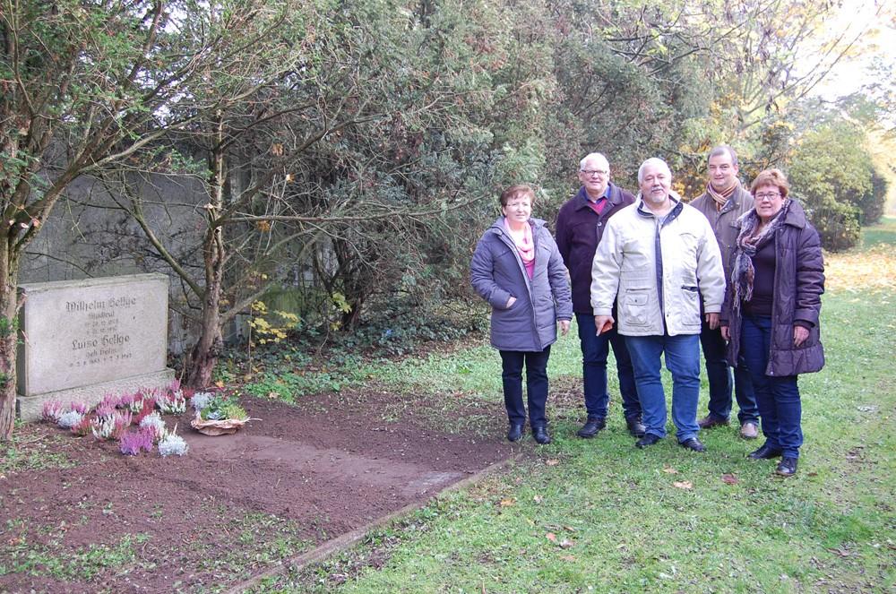 Zu einem besonderen Termin haben sich heute Mitglieder des Schönebecker SPD–Ortsvereins Schönebeck getroffen. Nach dem Hinweis eines Bürgers unserer Stadt haben wir an seinem 68. Todestag das Ehrengrab Wilhelm Hellges hergerichtet.